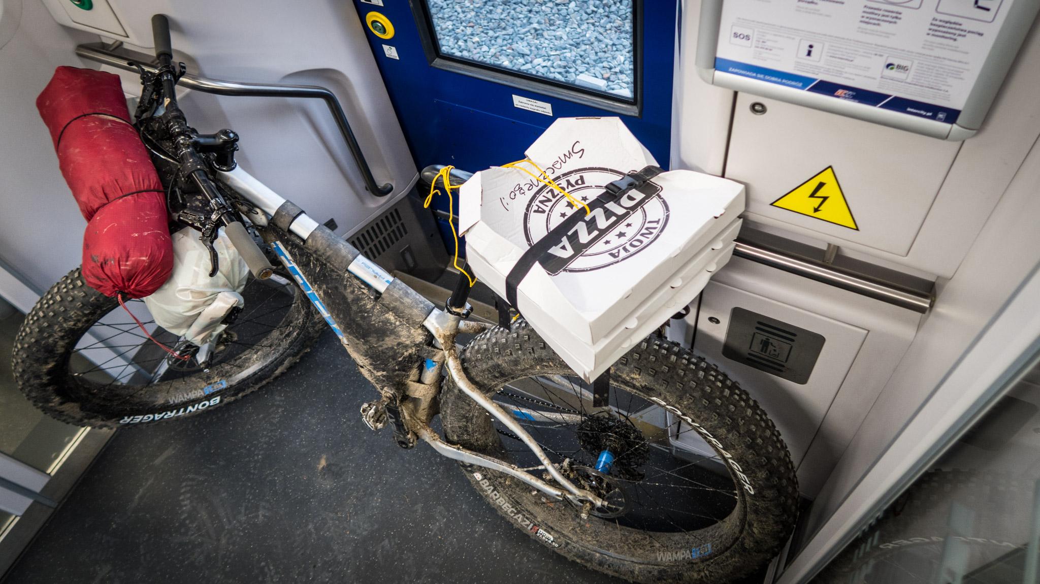 Pizza w pociągu.