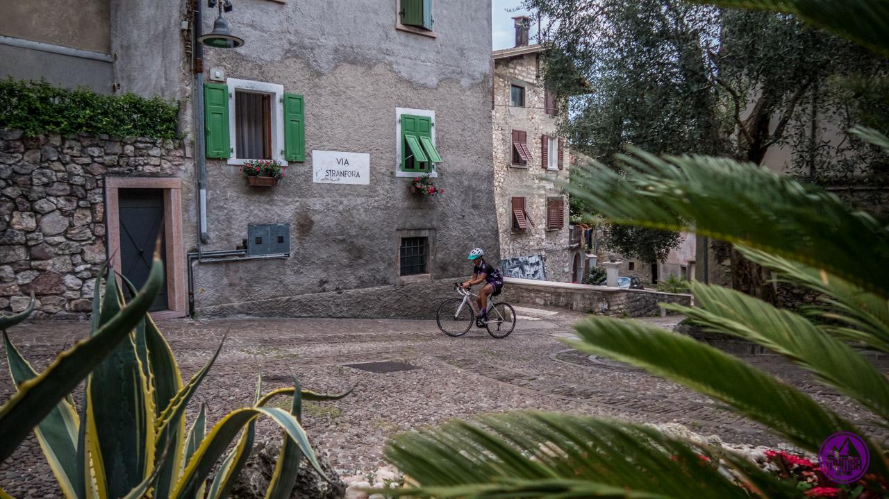 Zwiedzanie na rowerze szosowym.