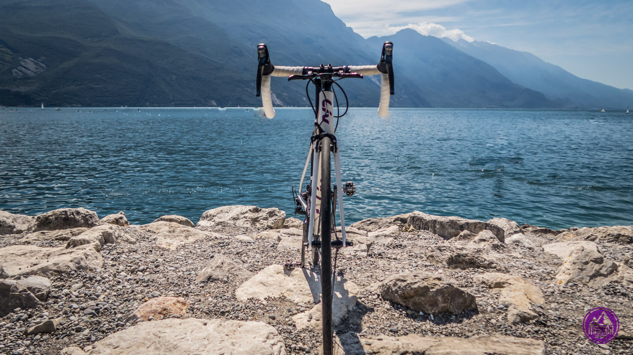 Rower szosowy dla kobiety.