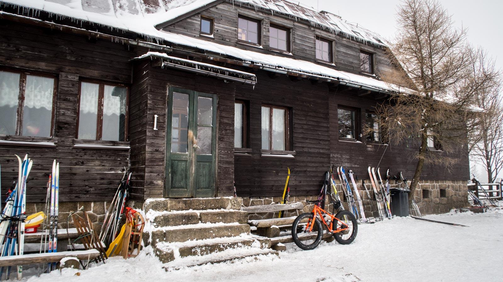 Chatka Górzystów zimą.