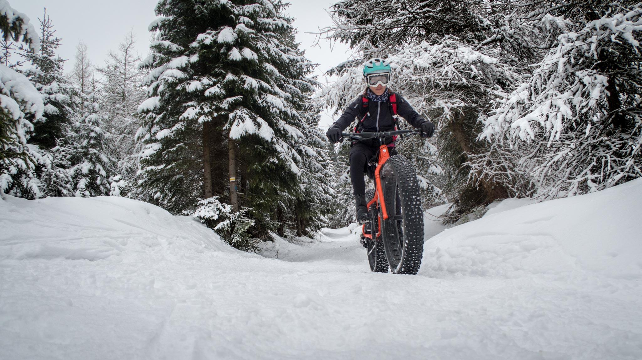 Jazda po śniegu na rowerze.