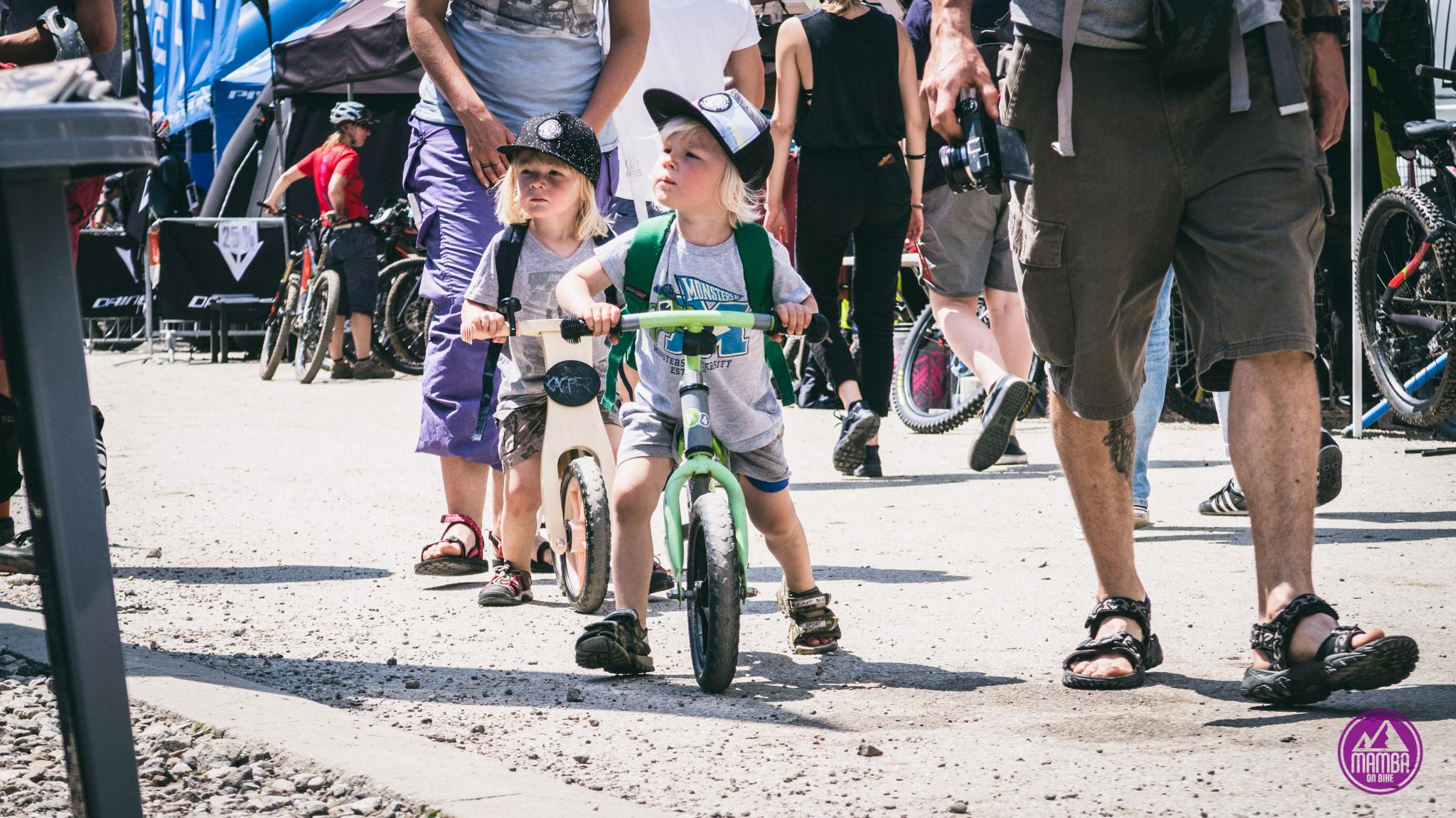 Kluszkowce - dzieci na rowerkach biegowych
