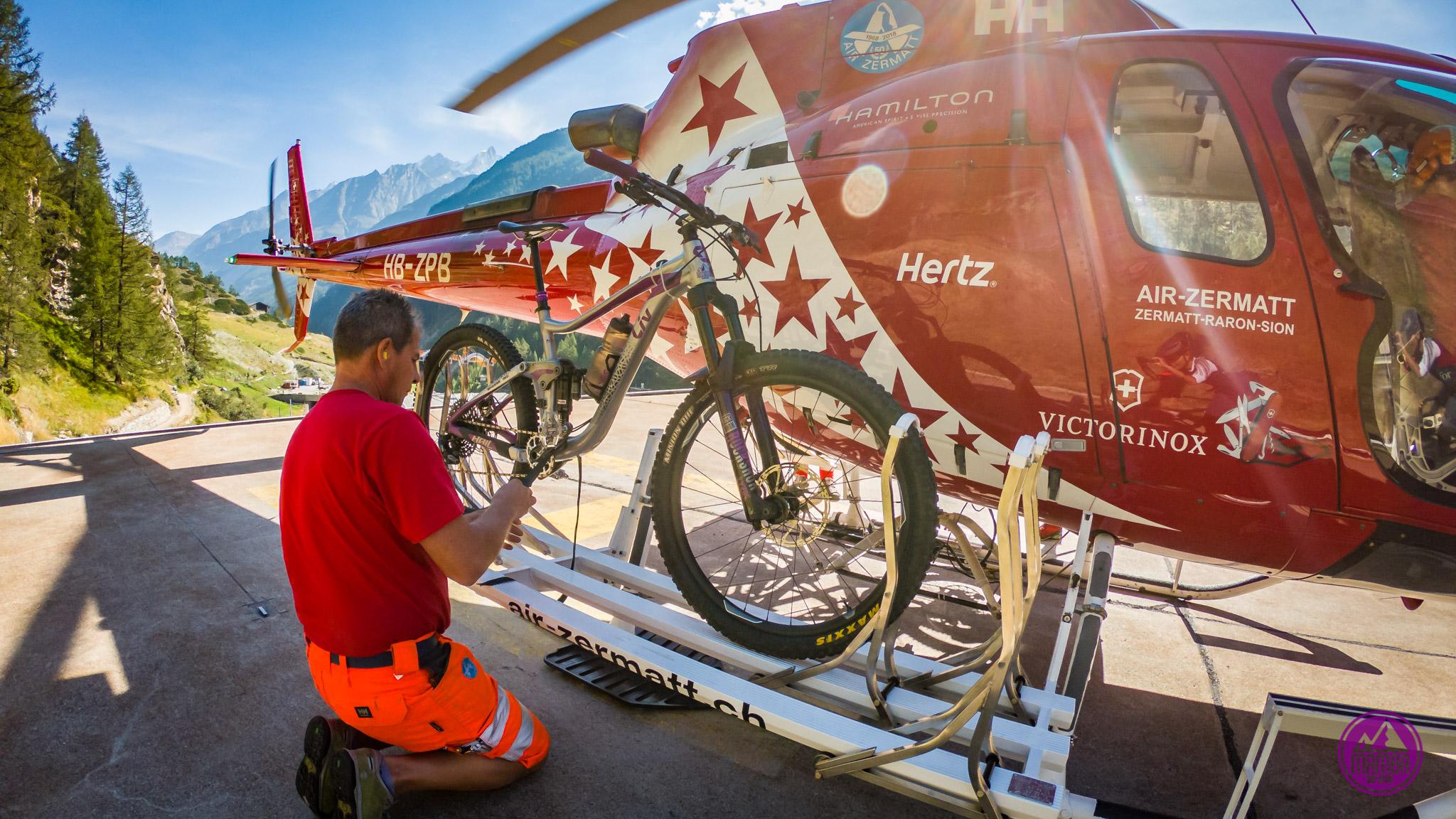 Heli biking - zakładanie roweru na helikopter