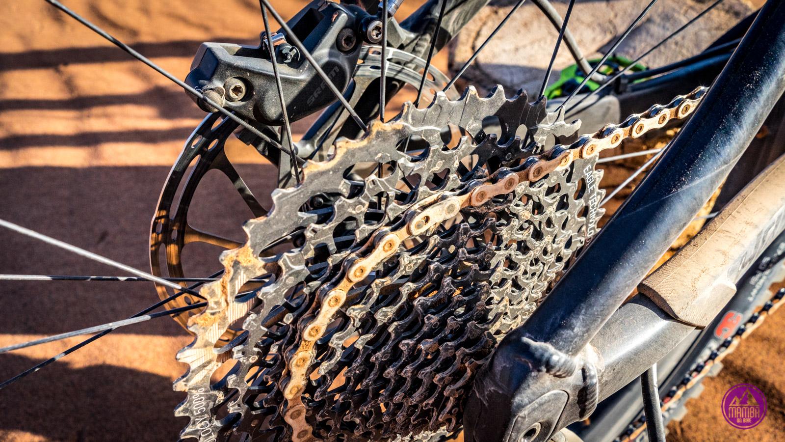 Rower cały w piasku