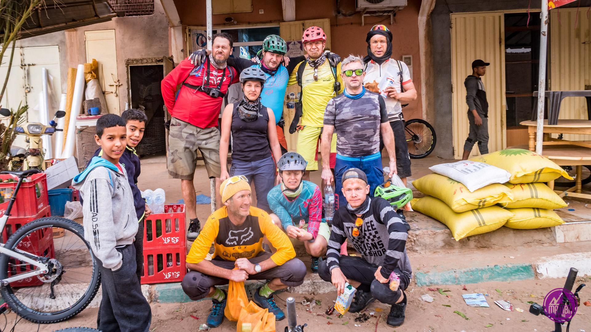 Uczestnicy wycieczki w burzy piaskowej