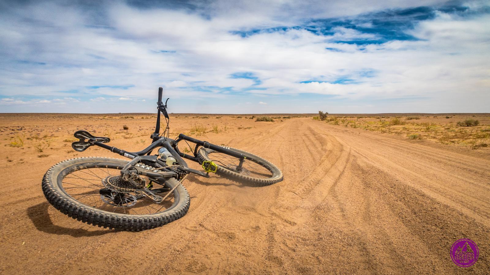 Rower leżący na pustyni.