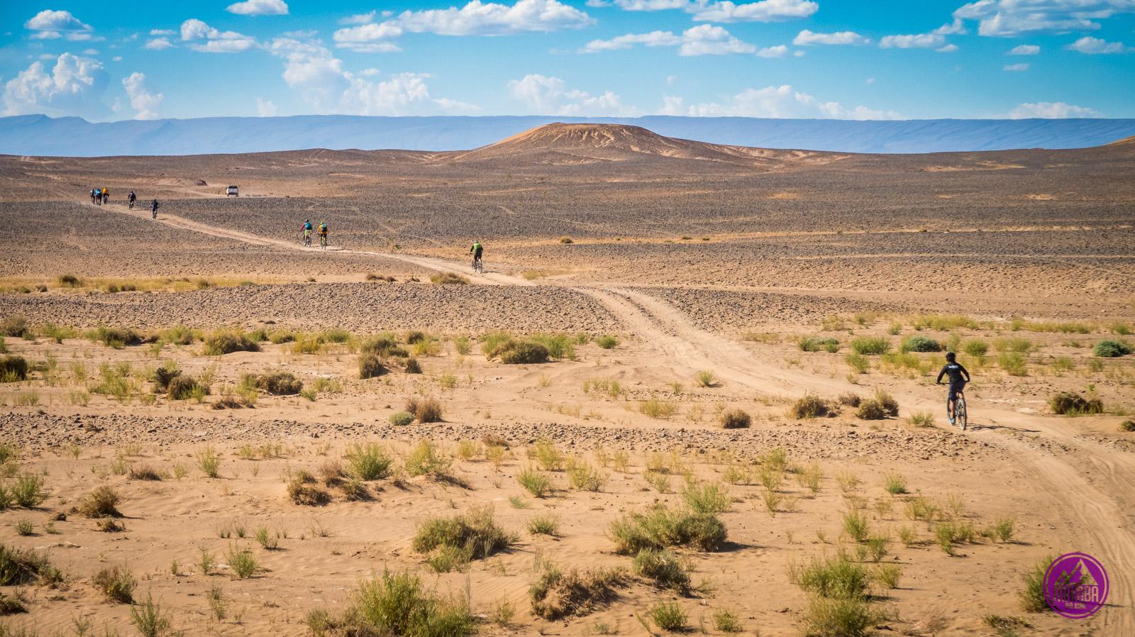 Jazda na rowerze po pustyni.
