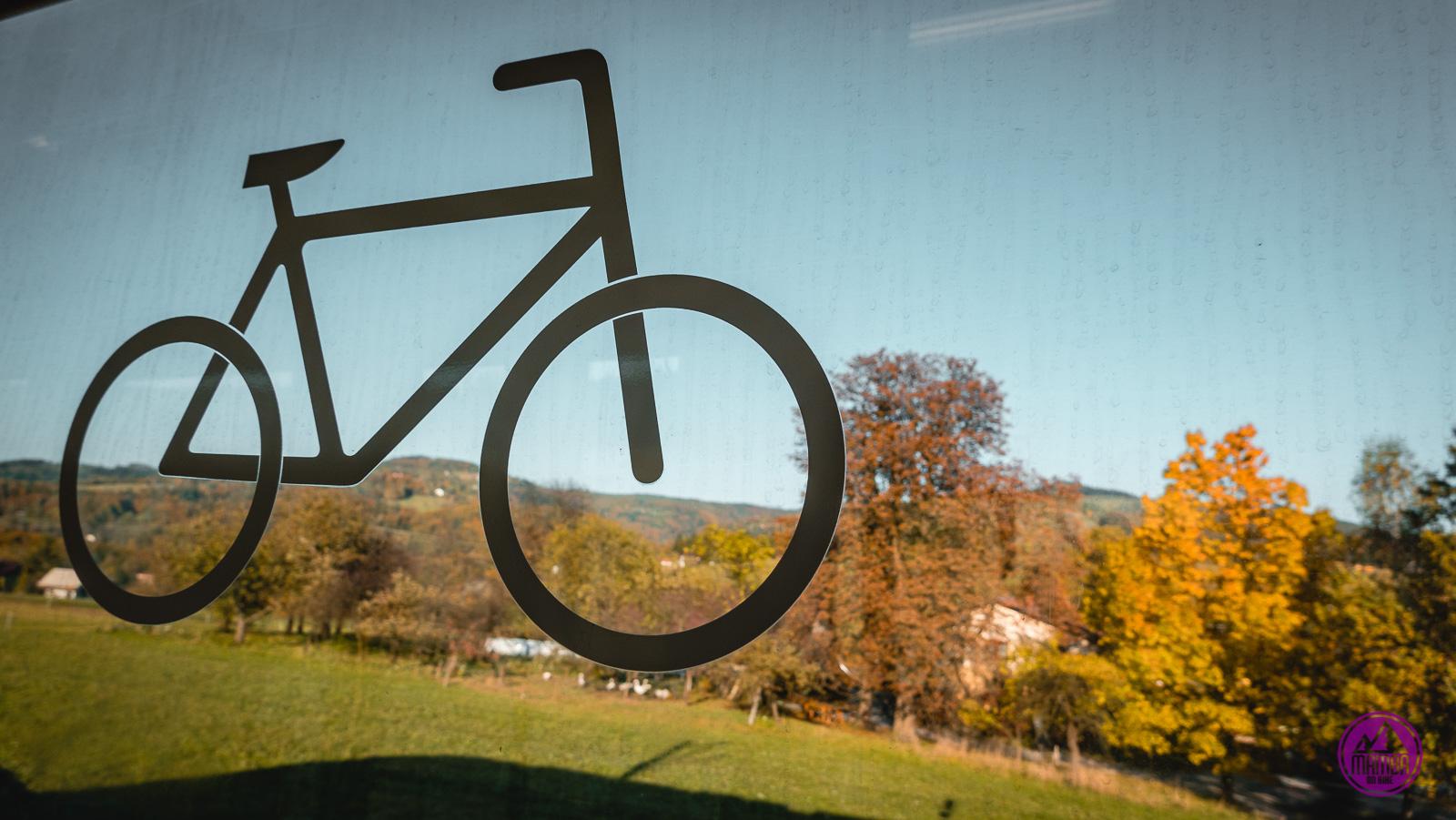 W pociągu z rowerem.