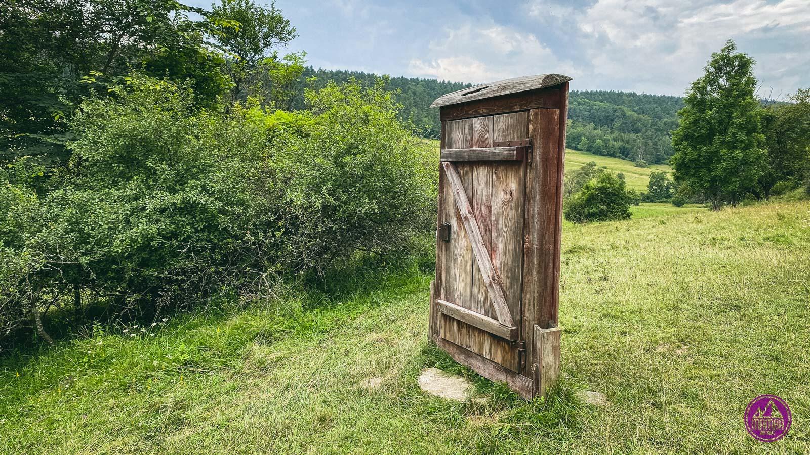 Symboliczne drzwi w miejscu nieistniejącej wsi