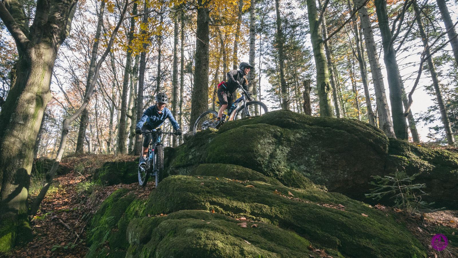 Rowerzysta na skale